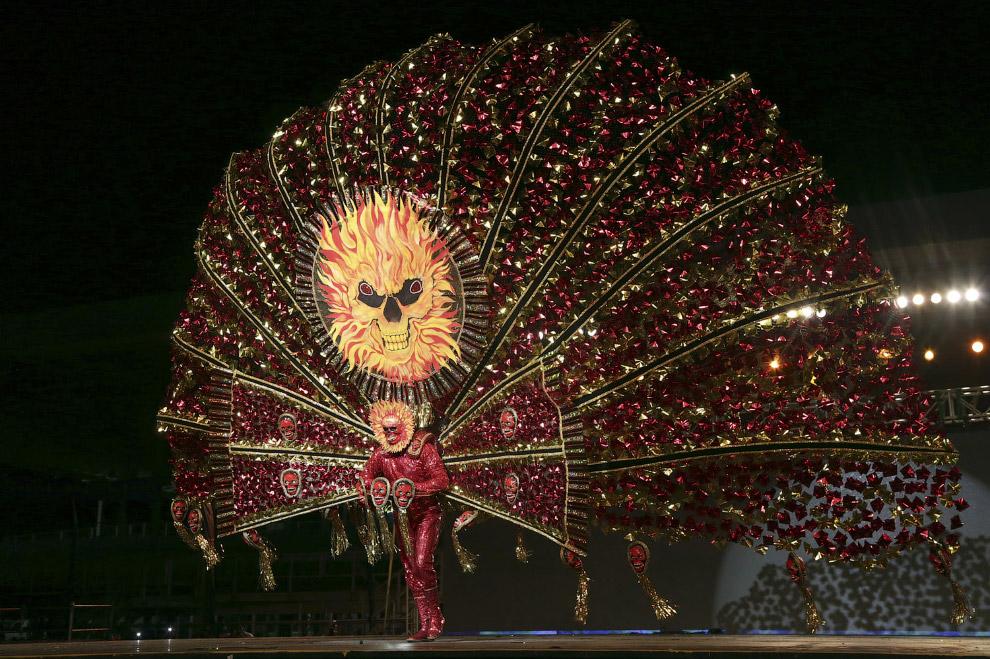 """Изображающий """"Дикий огонь"""" на карнавале в Тринидад и Тобаго"""