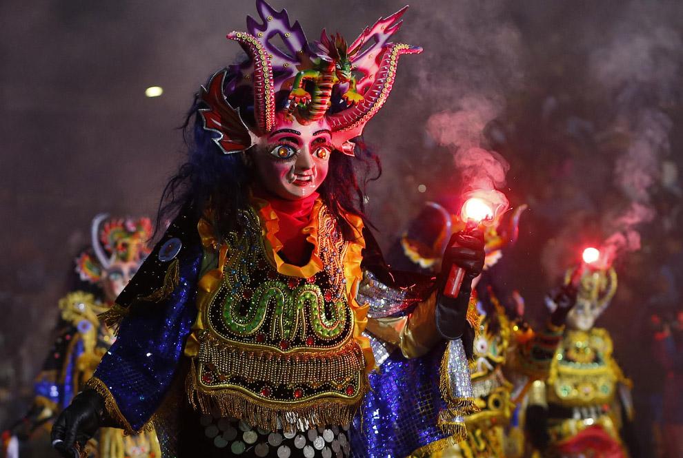 Танец дьяволов во время празднования карнавала в Оруро, Боливия