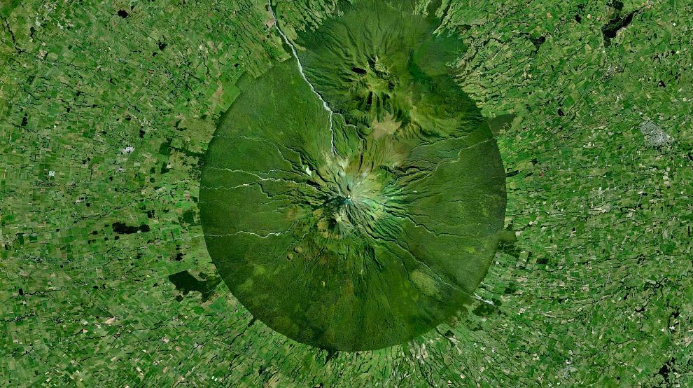 Гора Таранаки в Новой Зеландии и антропогенные ландшафты вокруг неё