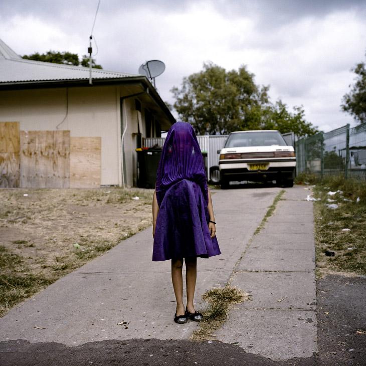 Девочка ждет школьный автобус в социально неблагополучном районе, Новый Южный Уэльс, Австралия