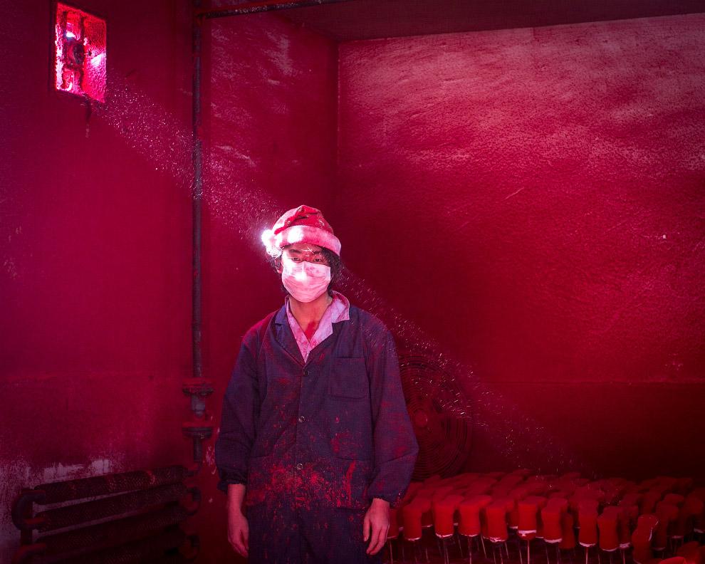 19-летний китайский рабочий на фабрике по производству новогодних украшений