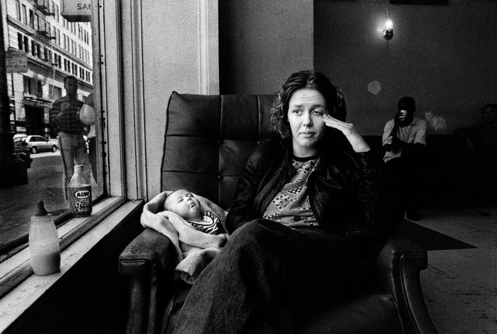 Автор снимка на протяжении 21 лет  фотографирует некую Джули Бэрд из Сан-Франциско, ее сложную историю семьи с бедностью, СПИДом, наркотиками, отношениями, рождениями и смертью, расставаниями и воссоединениями