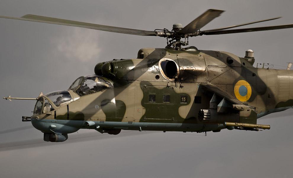 Украинский вертолет недалеко от аэропорта
