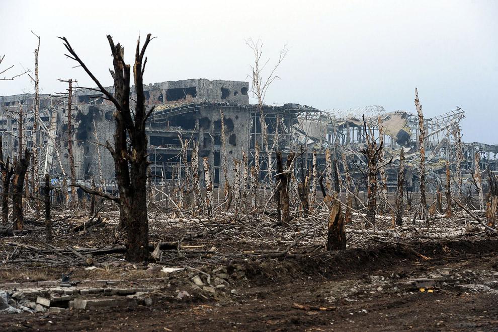 Здание аэропорта практически полностью разрушено, сильно досталось и деревьям