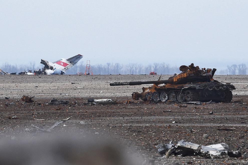 Остатки самолета, подбитый танк