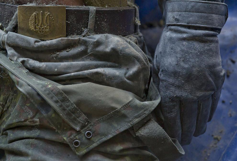 Украинский военнослужащий, которого вытащили из-под завалов