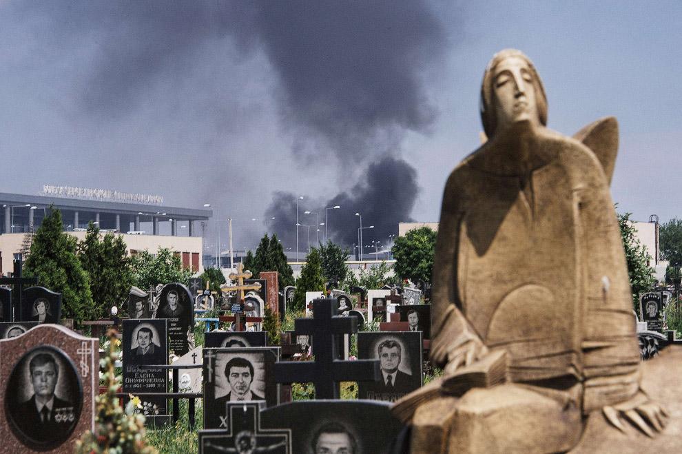 Рядом – кладбище