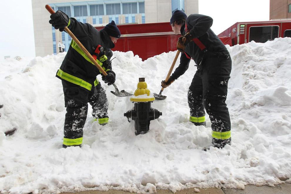 Пожарные из Бостона откапывают гидрант