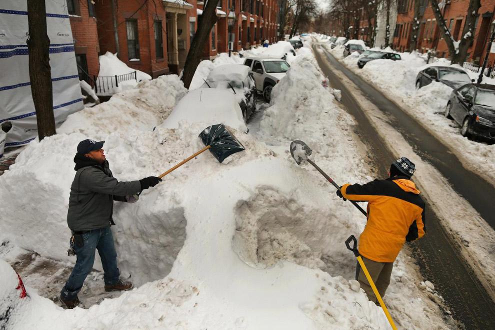Снежные завалы на дороге