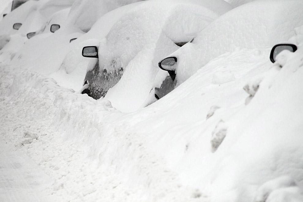 Автомобили вдоль дороги в Бостоне