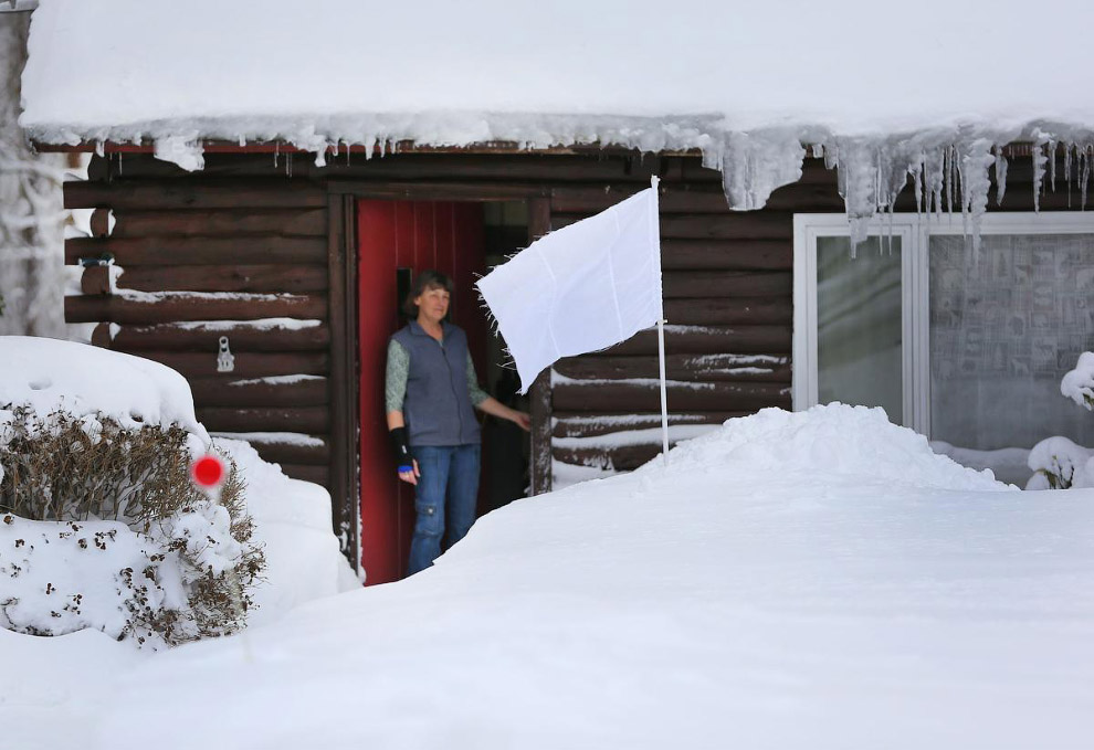 Жительница выбросила белый флаг перед снегом