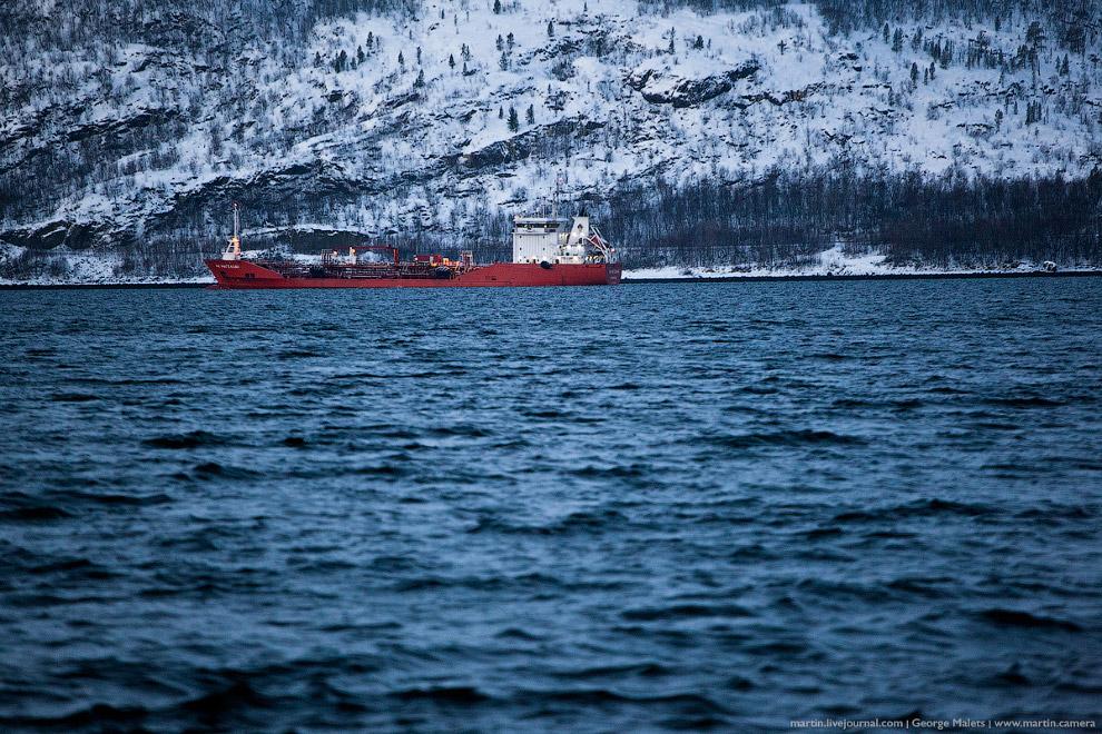 Вдалеке проплывают корабли.