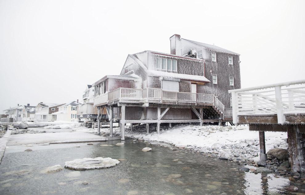 Обледенелые дома на берегу после шторма в штате Массачусетс