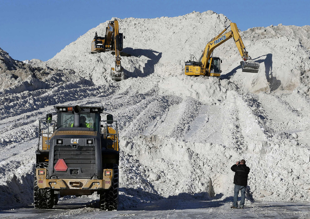 Снегоотвал за городом в Бостоне