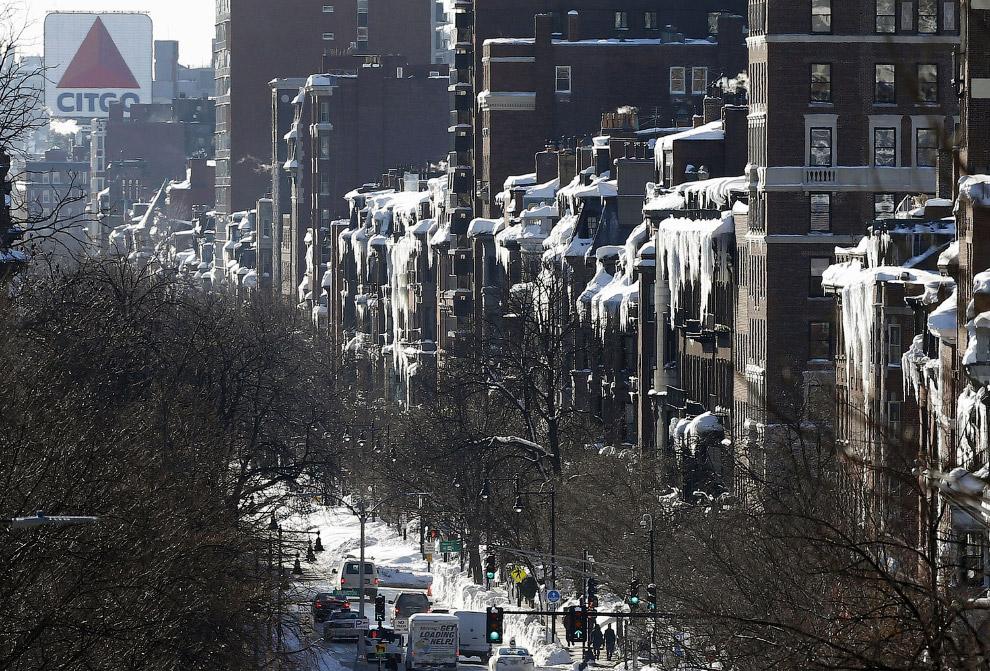Огромные сосульки на зданиях в Бостоне