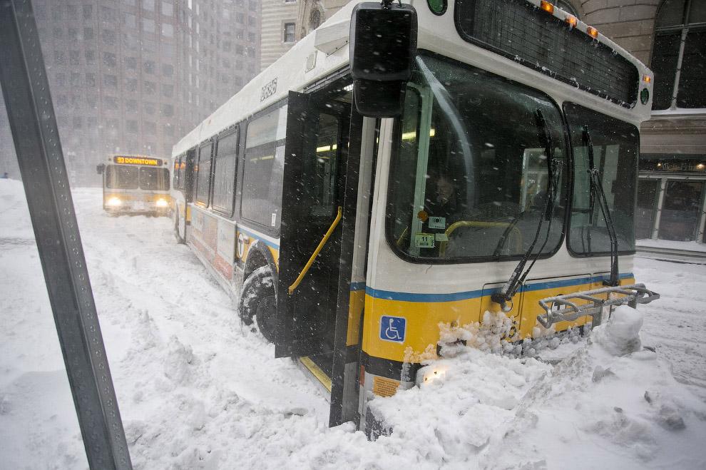 Городские службы явно не справляются со снегом в Бостоне