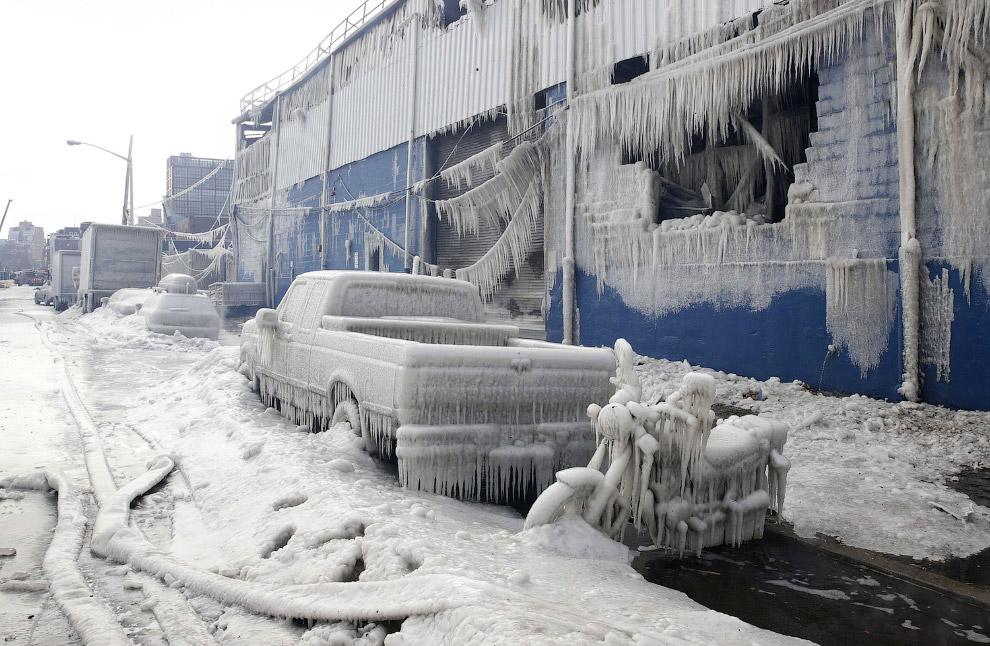 Автомобили и мотоциклы превратились в ледяные глыбы после поливания водой на морозе