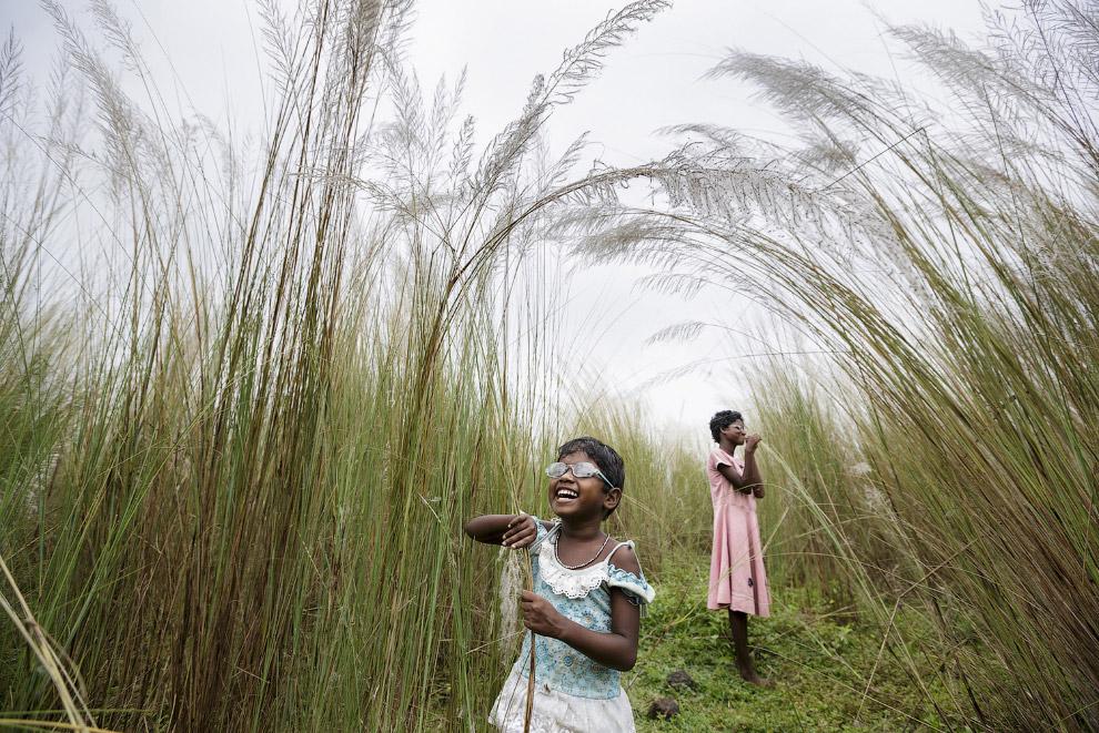 Слепые от рождения девочки в поле