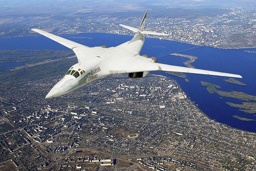 Ту-160 в небе над Энгельсом.