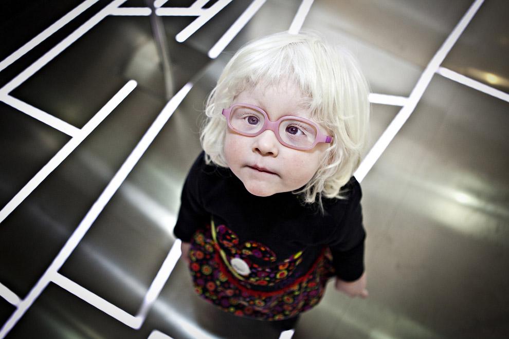 Ребенок-альбинос на встрече альбиносов в музее этнологии в Валенсии
