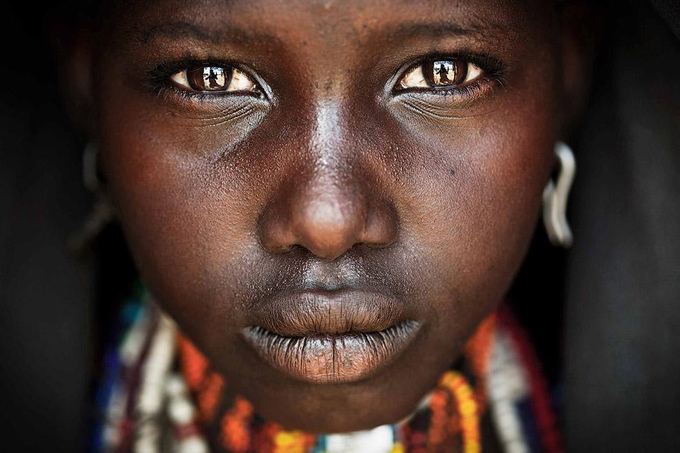 Девочка-подросток из племени в Эфиопии