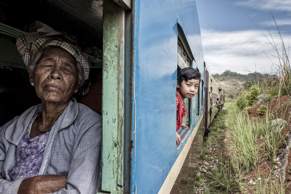 Пассажиры в поезде в Мьянме