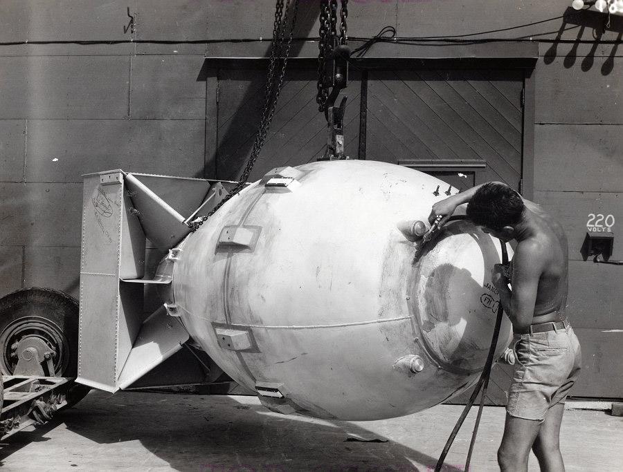 атомная бомба Fat Man (Толстяк), уничтожившая Нагасаки