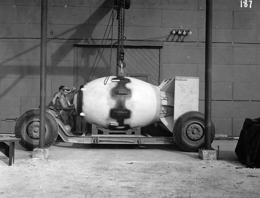 «Толстяка» готовят для транспортировки на аэродром.