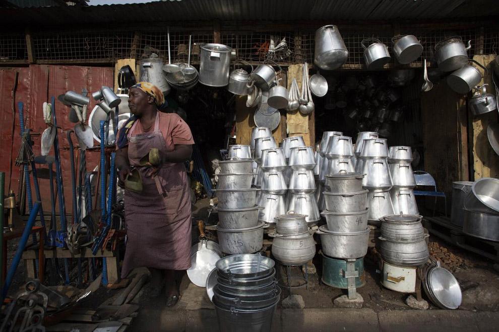 Местные умельцы наделали из нефтяных баррелей посуду на продажу.