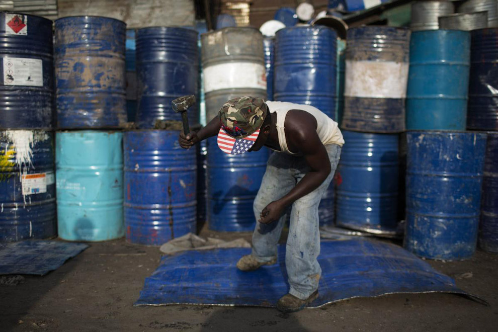 Тут  целая фабрика по переработке нефтяных баррелей обратно в металл