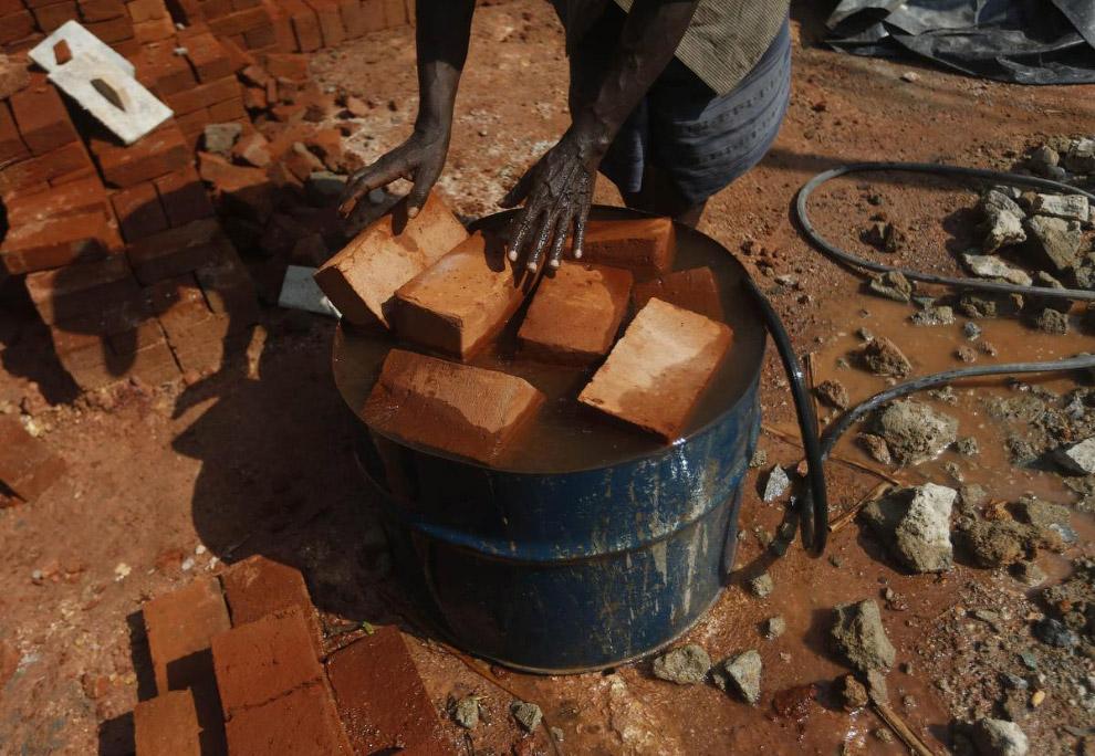 Баррель – незаменимая вещь на стройплощадке в Коломбо