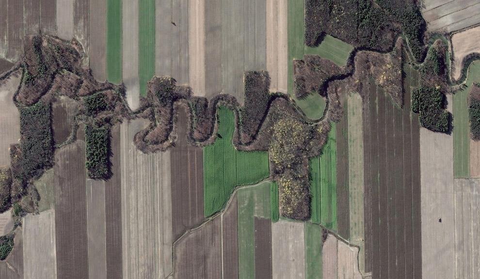 Река идет по сельскохозяйственным полям, Квебек