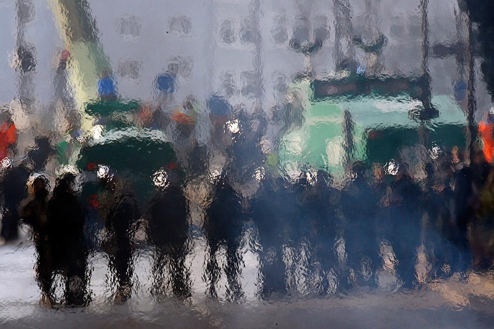 Горячие потоки воздуха от горящей баррикады на улице