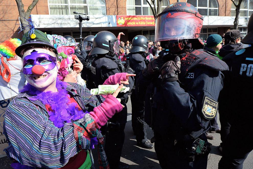 Протестующие, одетые клоунами