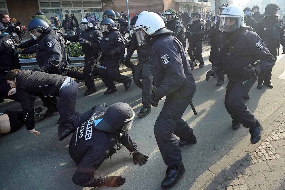 По некоторым данным, пострадали около 90 сотрудников правоохранительных органов