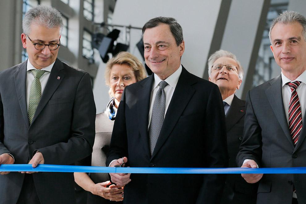 Тем временем, в самом здании ЕЦБ как ни в чем не бывало проводили церемонию открытия новой штаб-квартиры: президент Европейского центрального банка Марио Драги перерезает ленточку