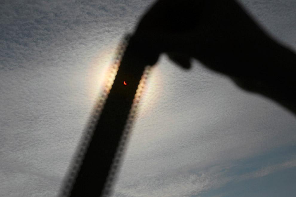 Просмотр затмения через фотопленку, Щецин, Польша