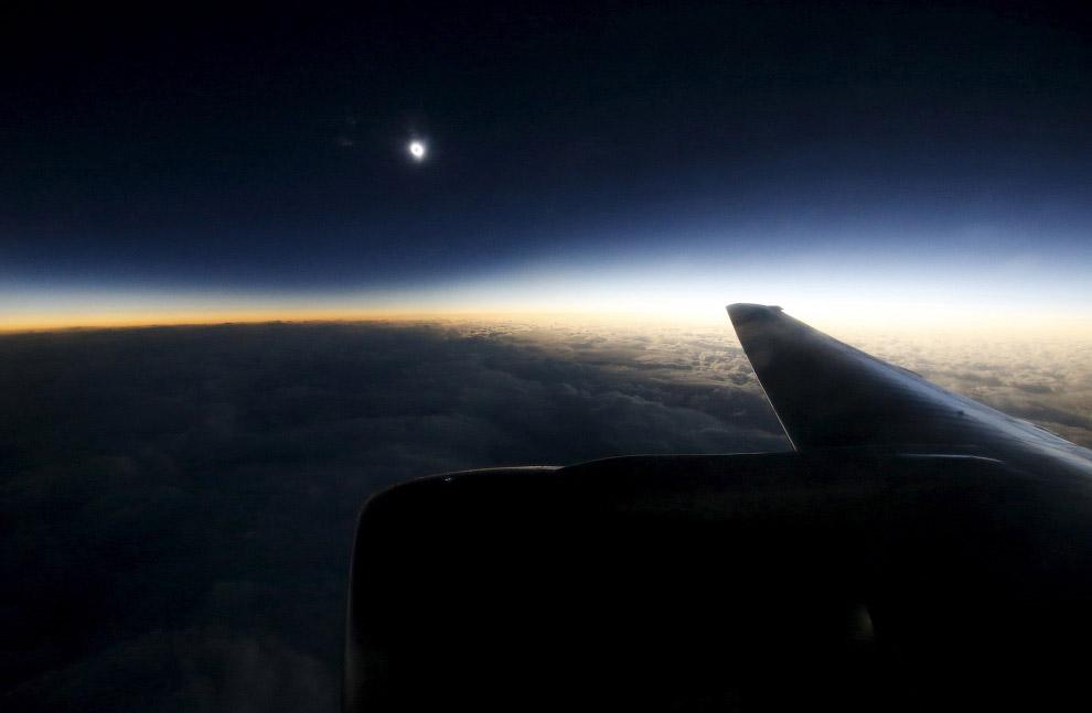 Настоящим шиком считается возможность полюбоваться затмением с борта самолета