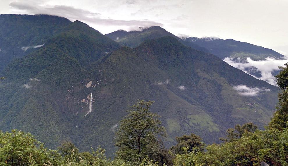 Впереди виден водопад