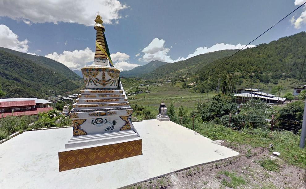 Ступа на сельскохозяйственных угодьях вблизи административного центра Трашиянгце в Бутане