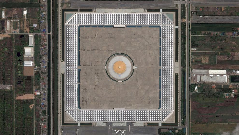 Вот так выглядит храм Ват Пхра Дхаммакая из космоса