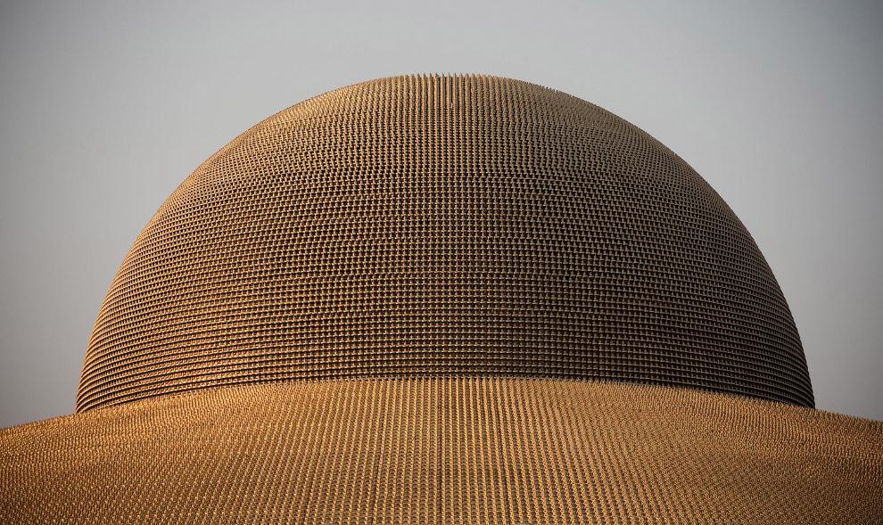 На куполе храма Ват Пхра Дхаммакая установлено 300 тысяч золотых статуэток Будды
