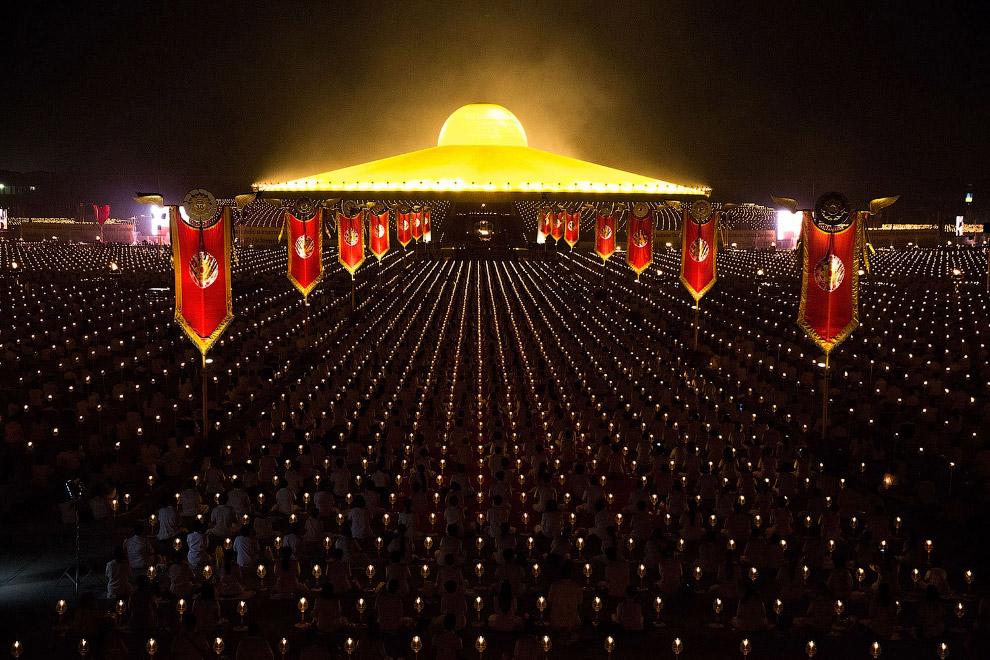 Около 2 000 монахов и большое количество прихожан выстроились на церемонии 4 марта 2015 в храме золотых статуэток Ват Пхра Дхаммакая
