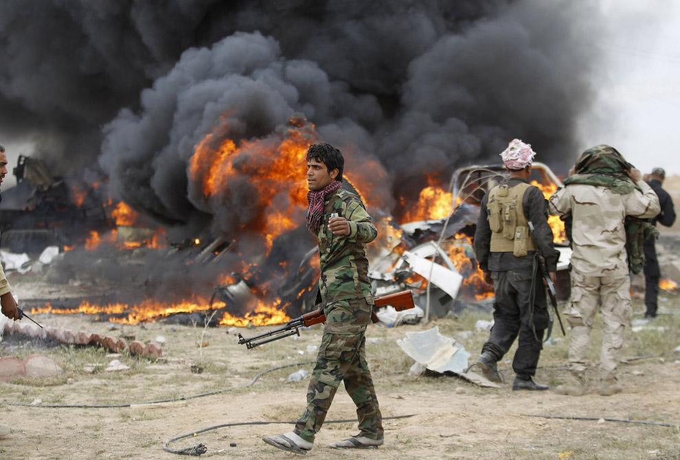 Террорист-смертник Исламского государства взорвал автомобиль на окраине города Тикрит, Ирак