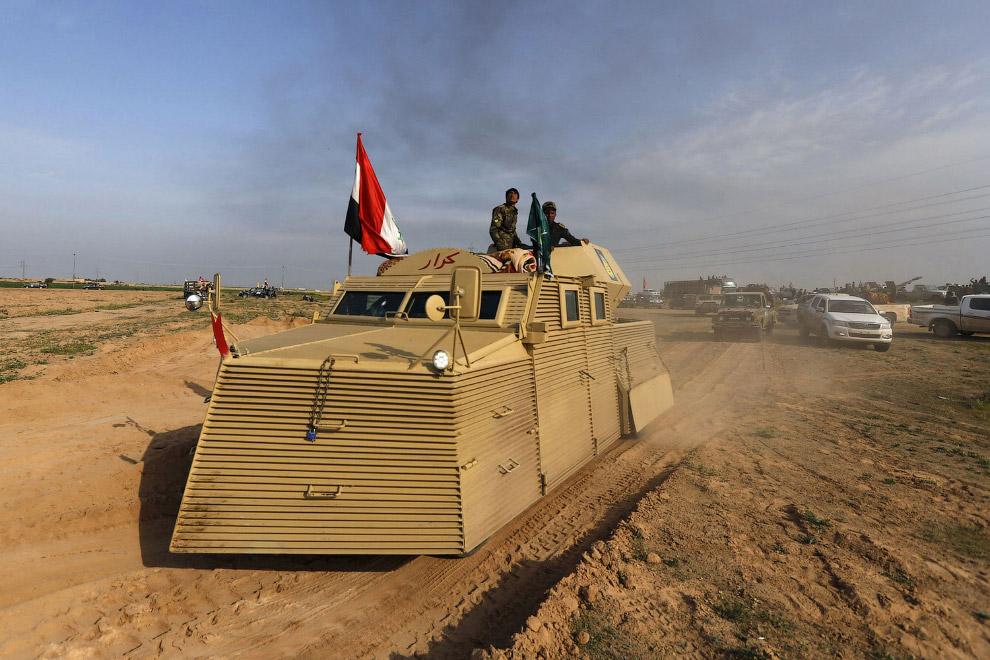 Шиитские боевики на изящном бронетранспортере в городе Аль-Алам