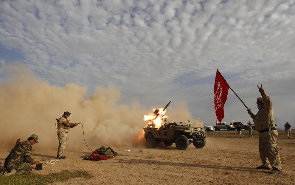 Шиитские боевики запускает ракету в сторону Исламского государства