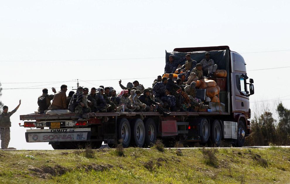 Иракские силы безопасности к югу от города Тикрит