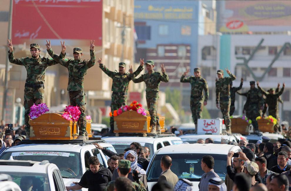 Члены шиитской группировкой во время похоронной процессии