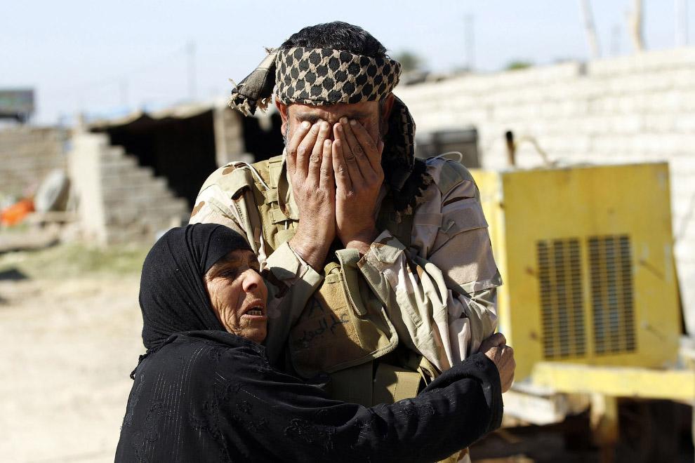 Женщина обнимает своего брата, которого не видела 6 месяцев