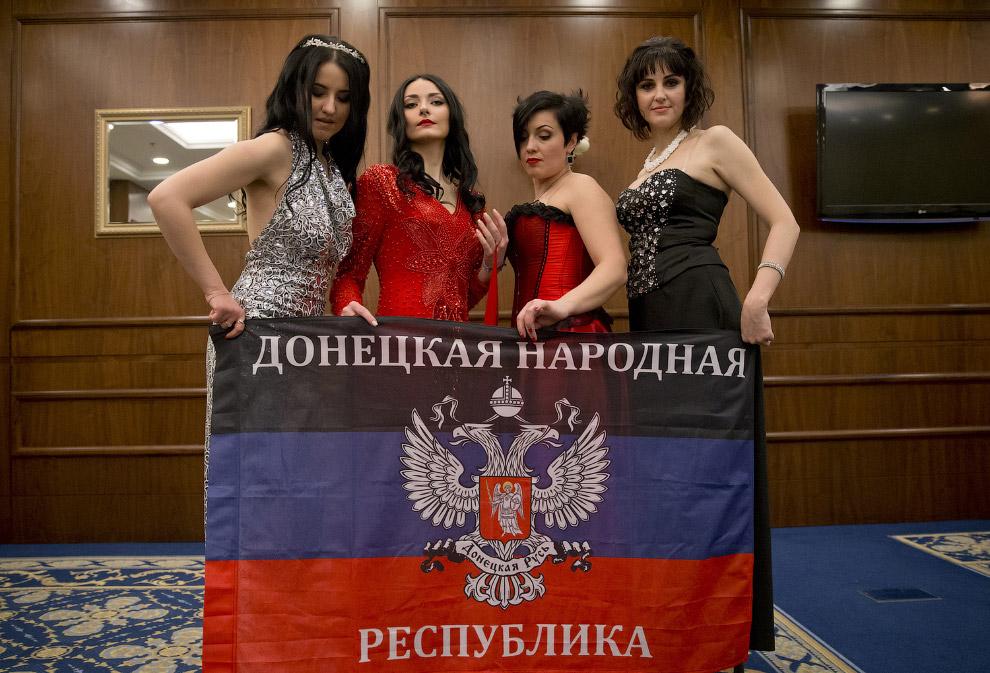 Женщины-солдаты на конкурсе красоты в Донецке